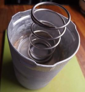 Konstrukčně jednoduchý kovový šunkovar má opravdu silnou pružinu