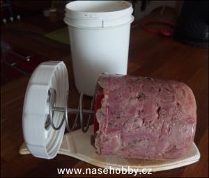 Domácí dušená šunka právě vytažená z šunkovaru