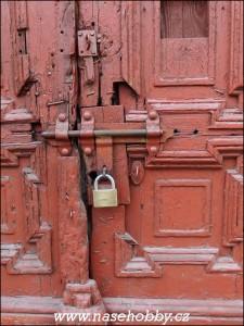 A-co-když-jsou-za-dveřmi-v-ghettu-zamčená-tajemství, foto med
