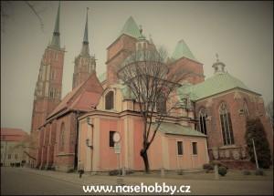 Zezadu je vidět, že je katedrála opravdu velmi členitá